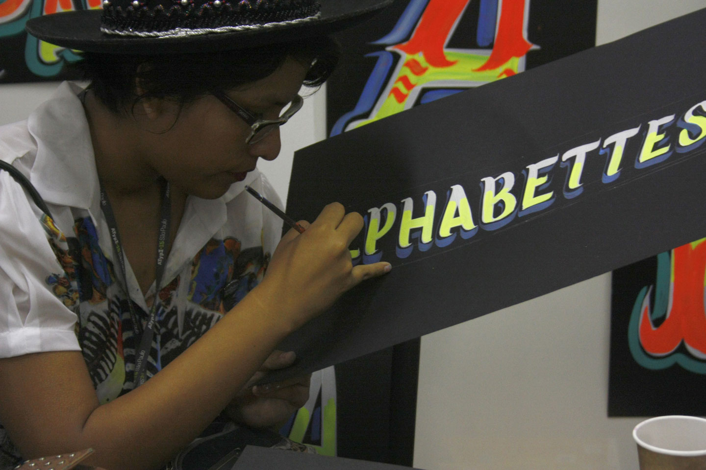 Azucena drawing the customised header for Alphabette's blog